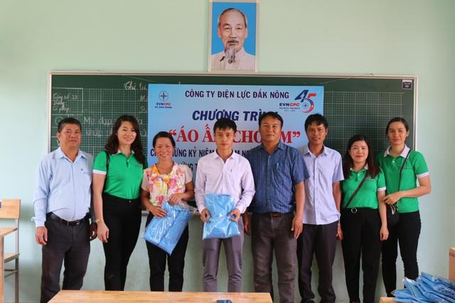 Mang điện về với học sinh và giáo viên tại điểm trường Dân trí - 3