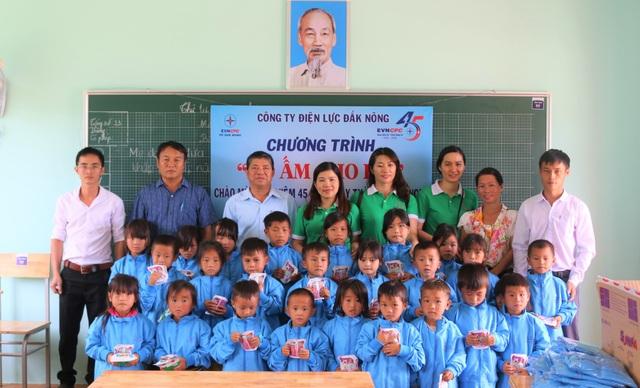 Mang điện về với học sinh và giáo viên tại điểm trường Dân trí - 4