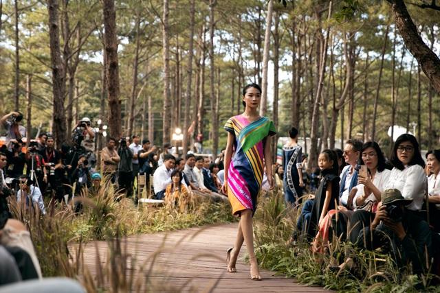 Hoàng Thùy, Thúy Ngân trình diễn thời trang… giữa rừng thông - 8