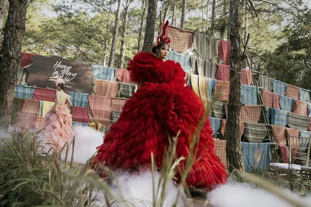 Hoàng Thùy, Thúy Ngân trình diễn thời trang… giữa rừng thông - 4