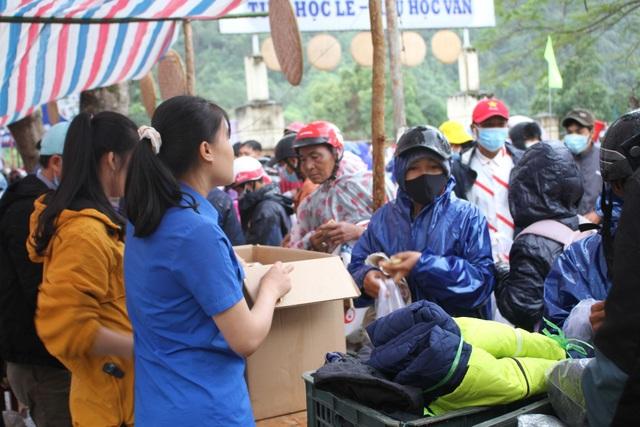 Hàng trăm người dân vùng lũ Quảng Trị đi chợ từ thiện 0 đồng - 1