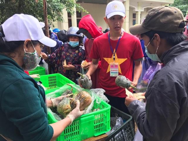 Hàng trăm người dân vùng lũ Quảng Trị đi chợ từ thiện 0 đồng - 2