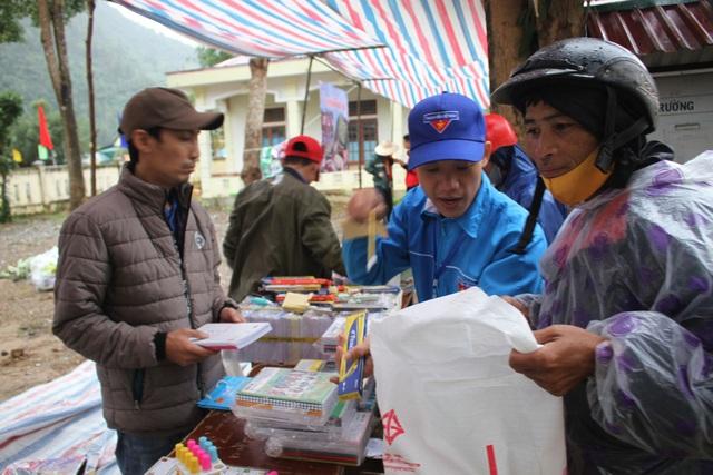 Hàng trăm người dân vùng lũ Quảng Trị đi chợ từ thiện 0 đồng - 3