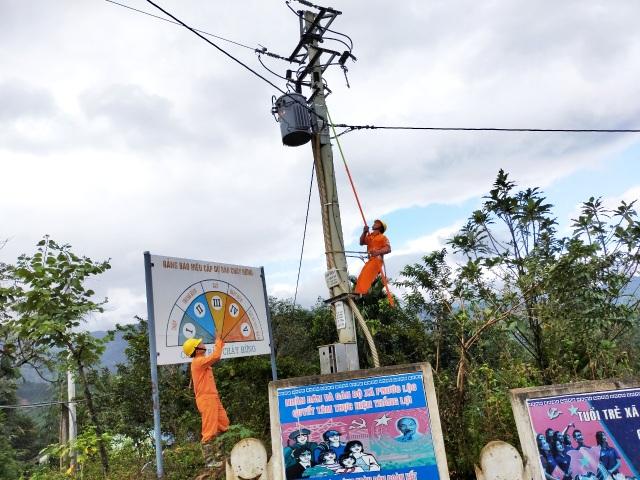 Sau một tháng bị cô lập vì bão, xã cuối cùng đã được đóng điện trở lại  - 2