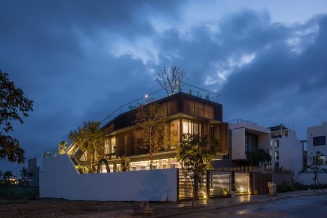 Vợ chồng ở Đà Nẵng đổ đất làm vườn tuyệt đẹp trên sân thượng căn biệt thự - 13