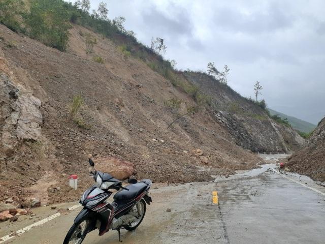 Phú Yên: Sạt lở gây chia cắt giao thông ở xã vùng cao - 1