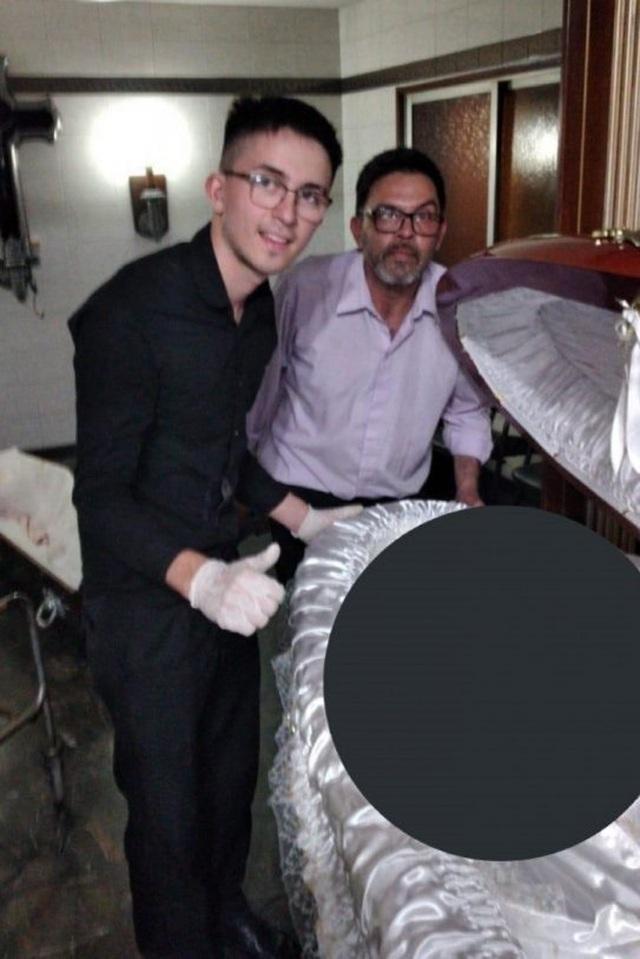 Cảnh sát khám nhà người chụp ảnh bên thi thể của Maradona - 2