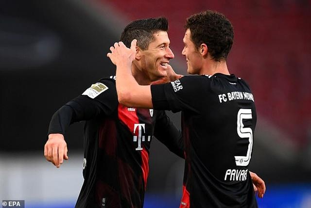 Lewandowski tỏa sáng giúp Bayern Munich lội ngược dòng hạ Stuttgart - 4