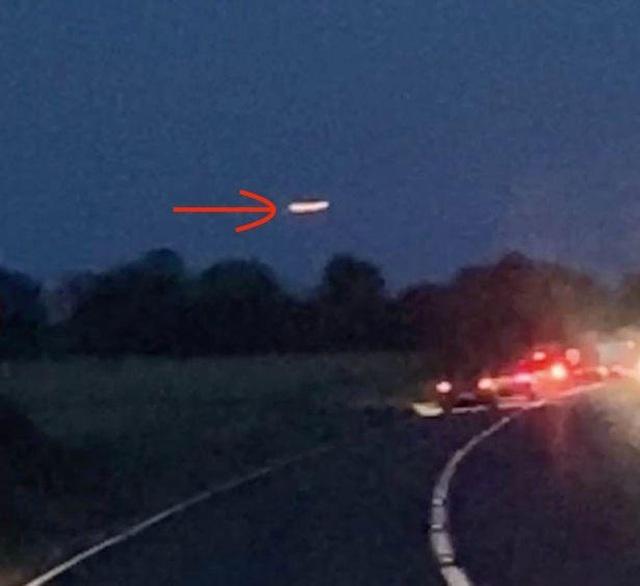 UFO khổng lồ phát sáng bay lơ lửng trên bầu trời Stonehenge - 1