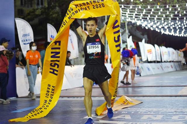 Ông Đoàn Ngọc Hải tiếp tục chinh phục giải chạy 42km ở Hà Nội - 7