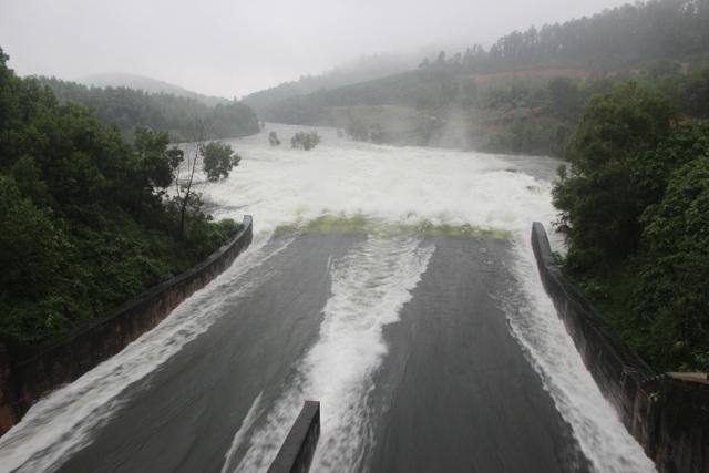 Quảng Nam và Phú Yên mưa lớn, nhiều hồ chứa xả điều tiết - 1