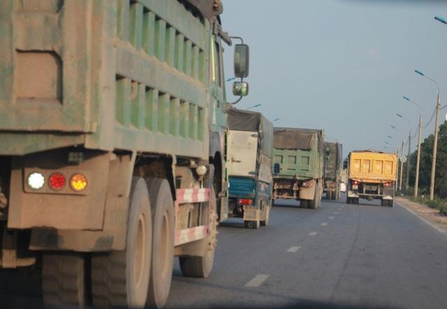 Đoàn xe có dấu hiệu quá tải lại tấn công quốc lộ 18 - 1