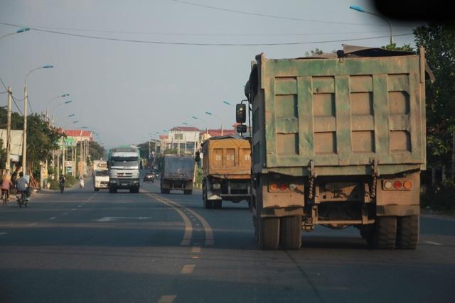 Đoàn xe có dấu hiệu quá tải lại tấn công quốc lộ 18 - 3