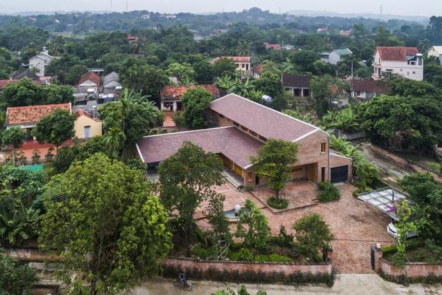 Gia đình ở Phú Thọ làm nhà gỗ xoan, mái ngói đẹp như biệt phủ - 1
