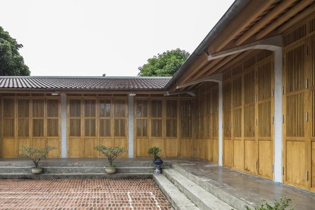 Gia đình ở Phú Thọ làm nhà gỗ xoan, mái ngói đẹp như biệt phủ - 4