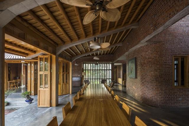 Gia đình ở Phú Thọ làm nhà gỗ xoan, mái ngói đẹp như biệt phủ - 5