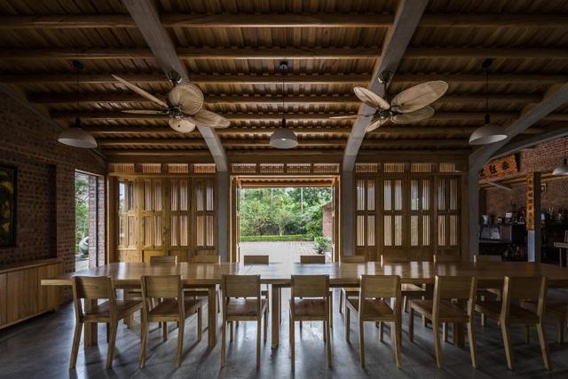 Gia đình ở Phú Thọ làm nhà gỗ xoan, mái ngói đẹp như biệt phủ - 6