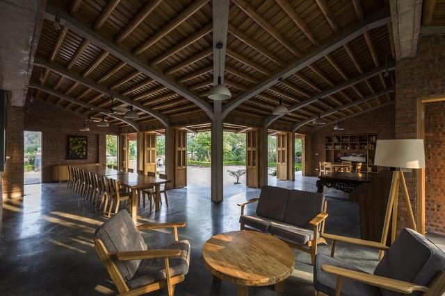 Gia đình ở Phú Thọ làm nhà gỗ xoan, mái ngói đẹp như biệt phủ - 9