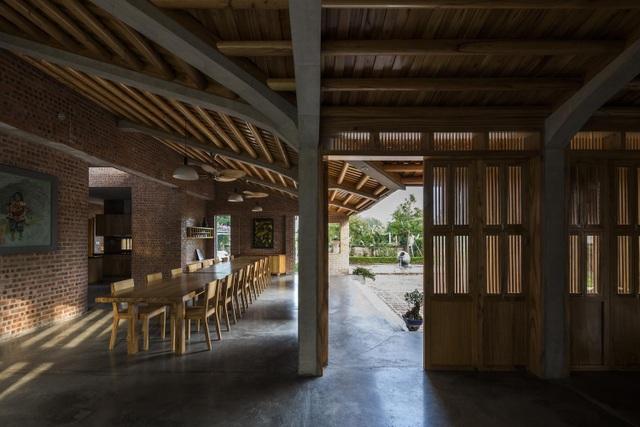Gia đình ở Phú Thọ làm nhà gỗ xoan, mái ngói đẹp như biệt phủ - 12