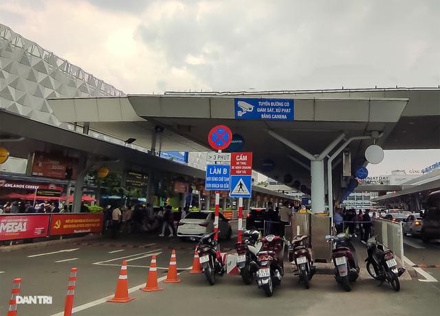Vất vả chen chân bắt xe ở sân bay Tân Sơn Nhất - 2