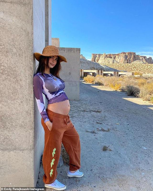 Emily Ratajkowski diện bikini khoe bụng bầu tắm nắng - 6