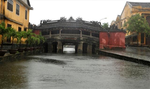 Vừa mở cửa đón du khách, phố cổ Hội An lại chìm trong nước lũ - 6