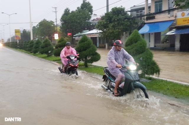 Nha Trang ngập nhiều nơi, bờ sông Cái sạt lở hở hàm ếch - 6