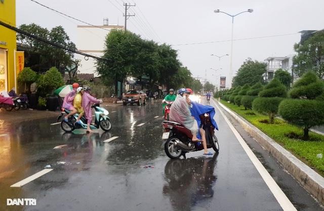 Nha Trang ngập nhiều nơi, bờ sông Cái sạt lở hở hàm ếch - 11