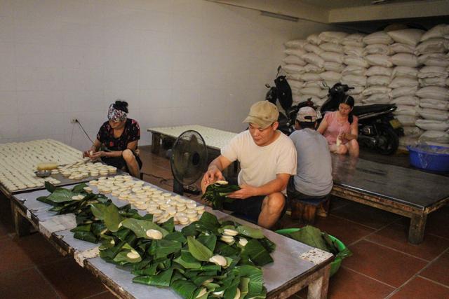 Gia đình 3 thế hệ làm bánh dày: Nửa đêm rầm rập giã, ngày hết 300kg gạo nếp - 1