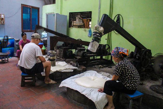 Gia đình 3 thế hệ làm bánh dày: Nửa đêm rầm rập giã, ngày hết 300kg gạo nếp - 3