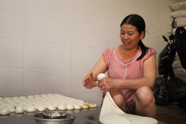Gia đình 3 thế hệ làm bánh dày: Nửa đêm rầm rập giã, ngày hết 300kg gạo nếp - 6