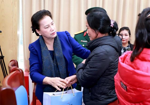 Chủ tịch Quốc hội thăm, tặng quà thân nhân các liệt sĩ hy sinh trong bão lũ - 2