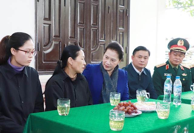 Chủ tịch Quốc hội thăm, tặng quà thân nhân các liệt sĩ hy sinh trong bão lũ - 3