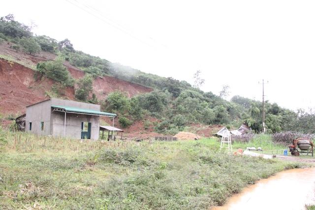 Sạt lở núi khiến một số nhà dân đổ sập, hư hỏng - 1