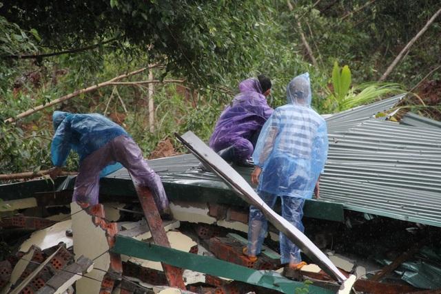 Sạt lở núi khiến một số nhà dân đổ sập, hư hỏng - 3