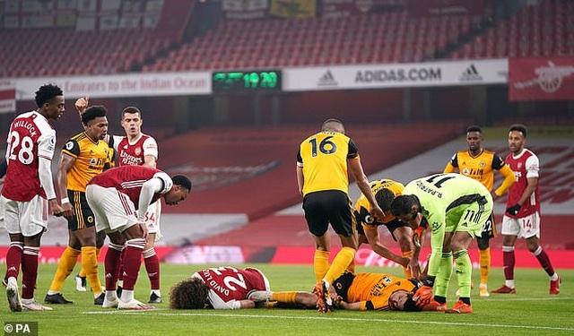Tranh cãi nảy lửa ngôi sao Arsenal phải thi đấu sau pha va chạm kinh hoàng - 3