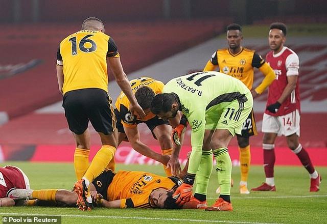Tranh cãi nảy lửa ngôi sao Arsenal phải thi đấu sau pha va chạm kinh hoàng - 2