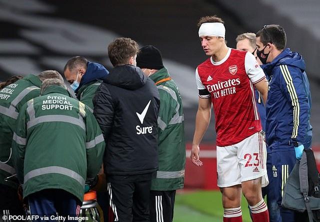 Tranh cãi nảy lửa ngôi sao Arsenal phải thi đấu sau pha va chạm kinh hoàng - 4