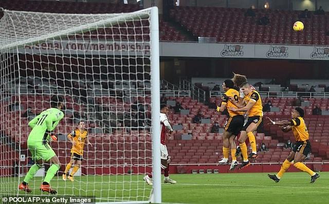 Tranh cãi nảy lửa ngôi sao Arsenal phải thi đấu sau pha va chạm kinh hoàng - 1