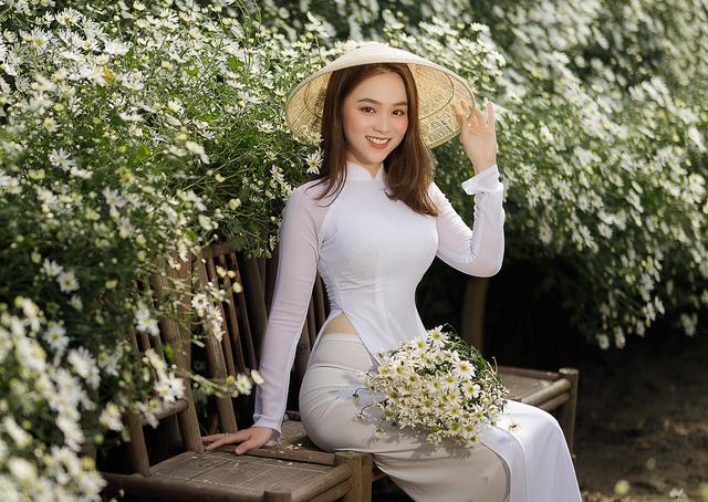 Thiếu nữ Hà thành đọ sắc với loài hoa báo hiệu mùa đông Hà Nội - 4