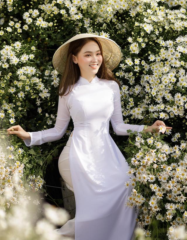 Thiếu nữ Hà thành đọ sắc với loài hoa báo hiệu mùa đông Hà Nội - 5