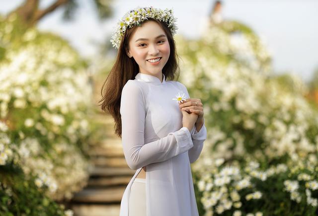 Thiếu nữ Hà thành đọ sắc với loài hoa báo hiệu mùa đông Hà Nội - 7