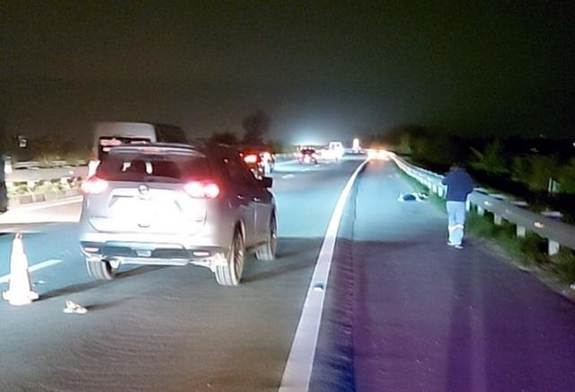 Người đàn ông bị ô tô tông chết khi đi bộ trên cao tốc Nội Bài - Lào Cai - 1
