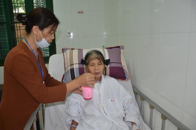 Rớt nước mắt cảnh người phụ nữ nghèo nhập viện chỉ có 100 nghìn đồng - 3