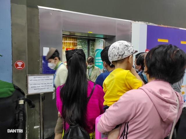 Vất vả chen chân bắt xe ở sân bay Tân Sơn Nhất - 6