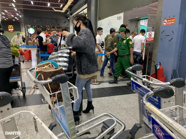 Vất vả chen chân bắt xe ở sân bay Tân Sơn Nhất - 7