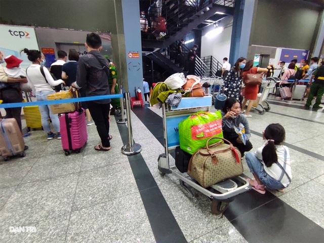 Vất vả chen chân bắt xe ở sân bay Tân Sơn Nhất - 8