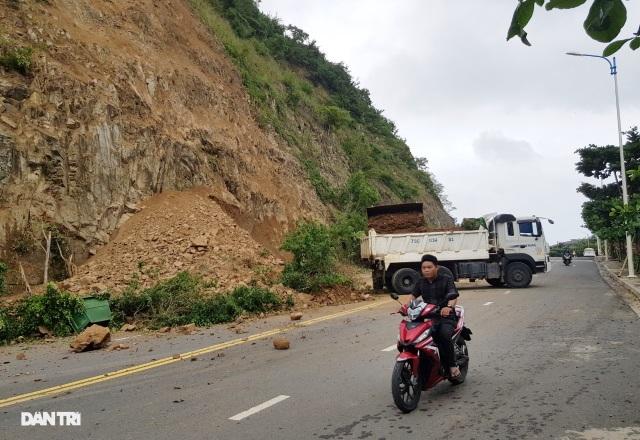 Hàng nghìn m3 đất đá sạt lở chẹn cửa ngõ phía bắc Nha Trang - 4