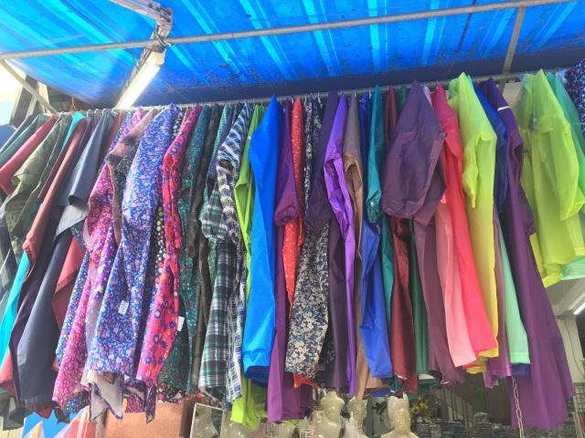 Mưa kéo dài, áo mưa đắt hàng, giá tăng nhẹ - 2