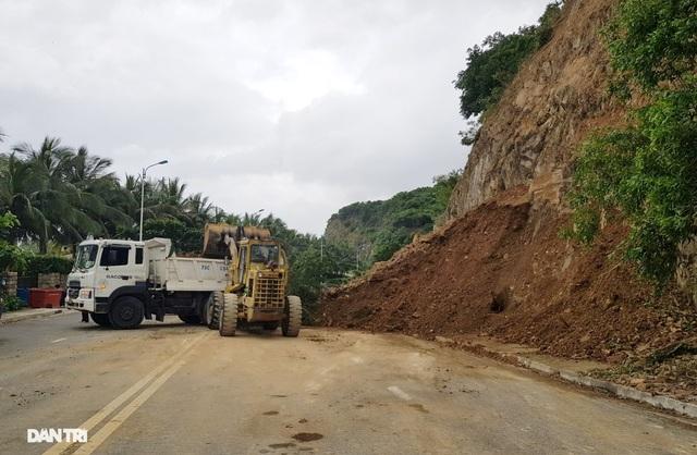 Hàng nghìn m3 đất đá sạt lở chẹn cửa ngõ phía bắc Nha Trang - 3